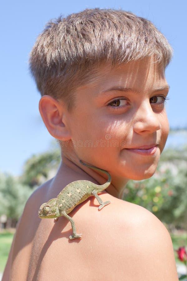 Kameleont på skuldra royaltyfria foton