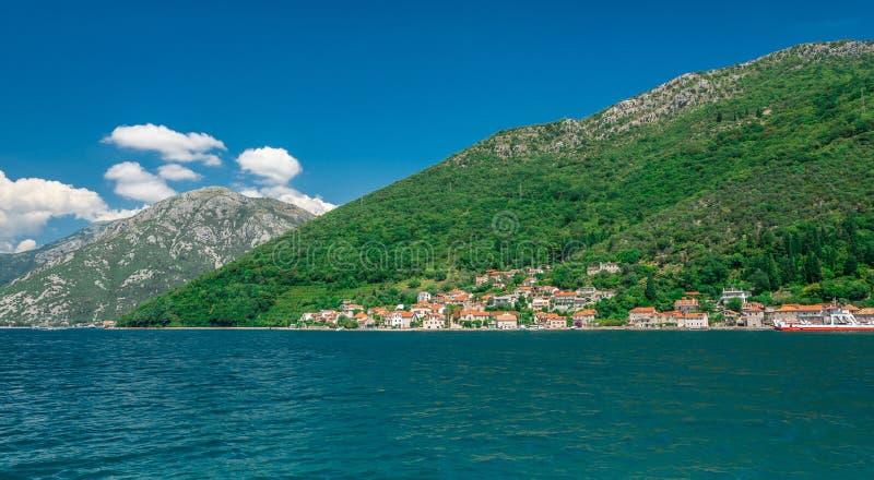 Kamenari-Lepetane轮渡在科托尔湾,黑山 免版税库存照片
