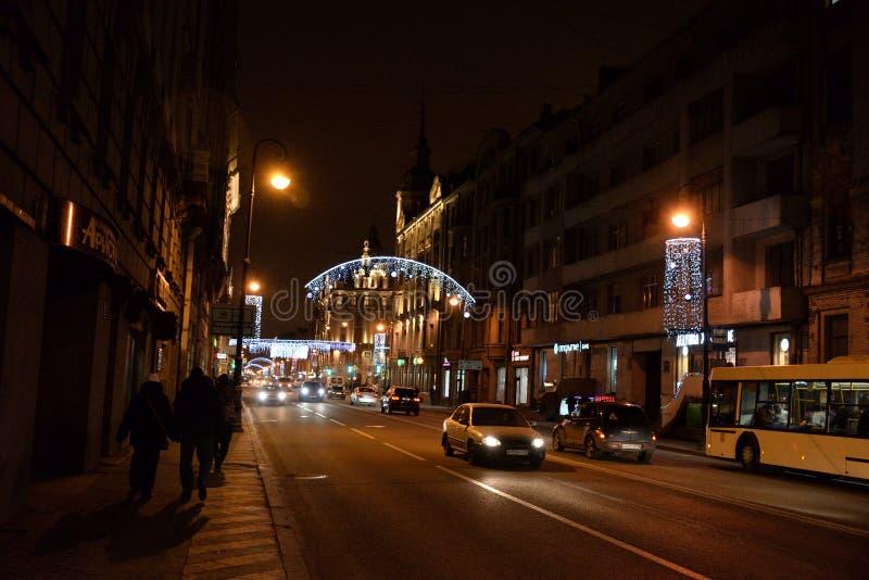 Kamennoostrovsky大道在晚上 免版税库存图片