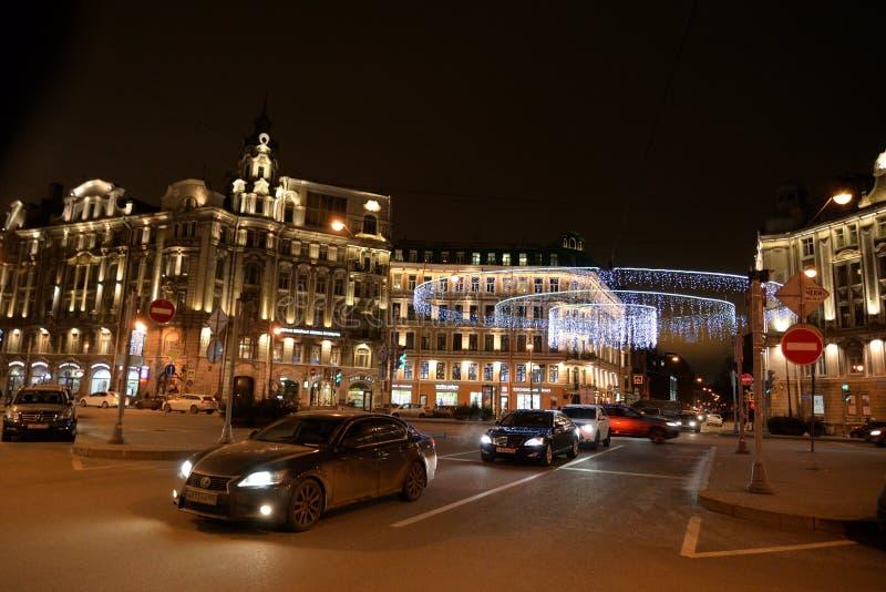 Kamennoostrovsky大道在晚上 免版税库存照片