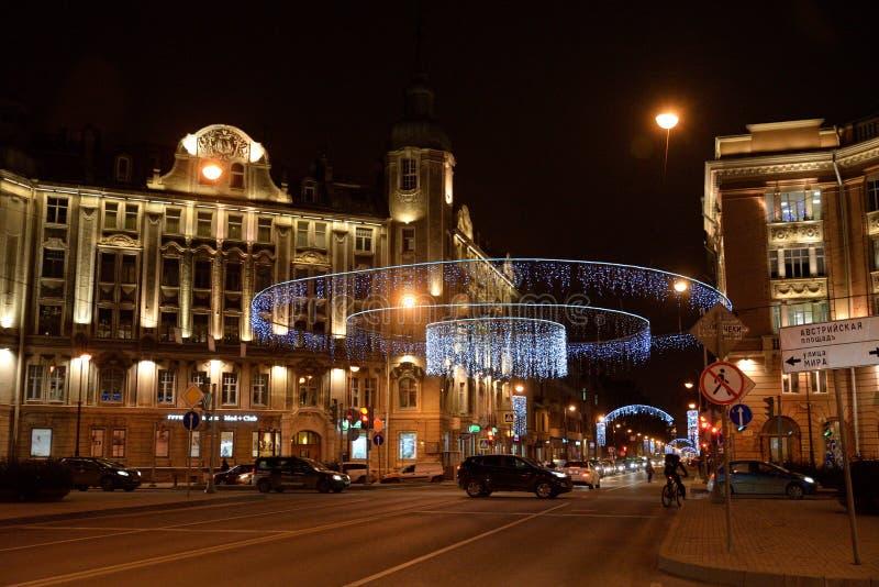 Kamennoostrovsky大道在晚上 图库摄影