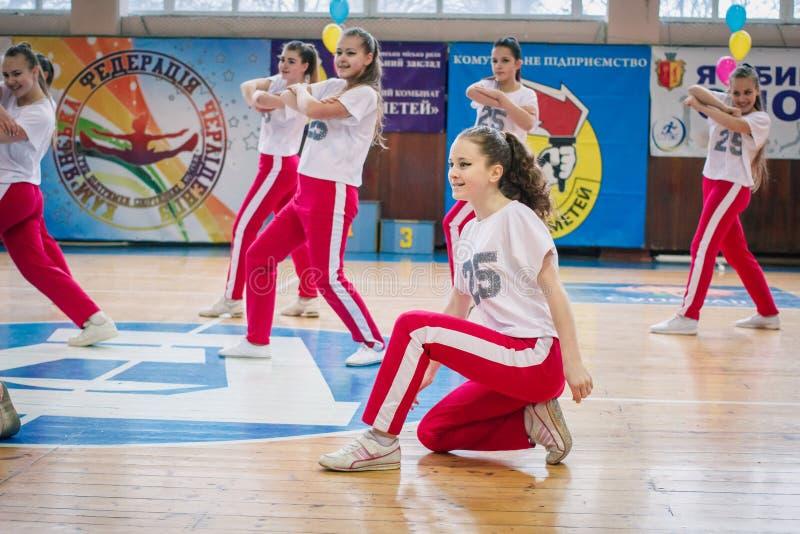 Kamenskoye,乌克兰- 2017年3月9日:市的冠军啦啦队欢呼的Kamenskoye在独奏、二重奏和队,年轻ch中 免版税图库摄影