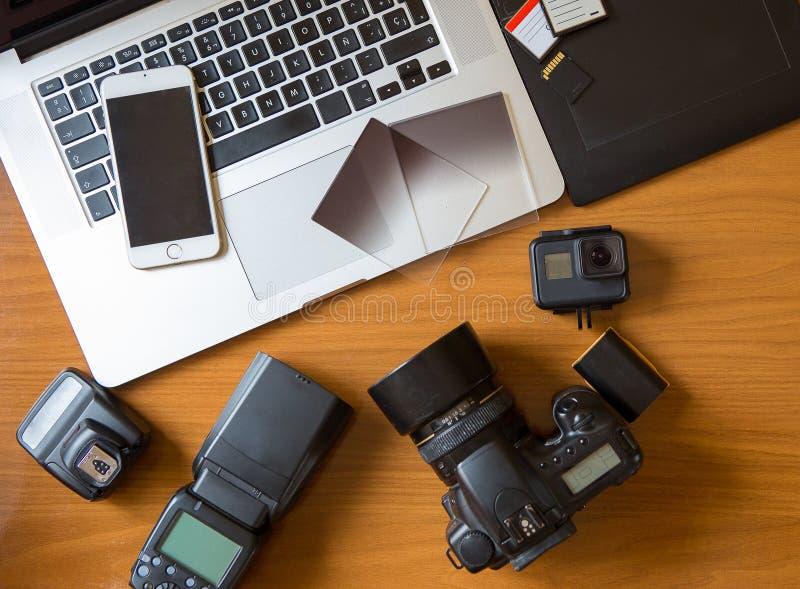 Kamera auf Tabelle im Fotografschreibtisch stockbilder