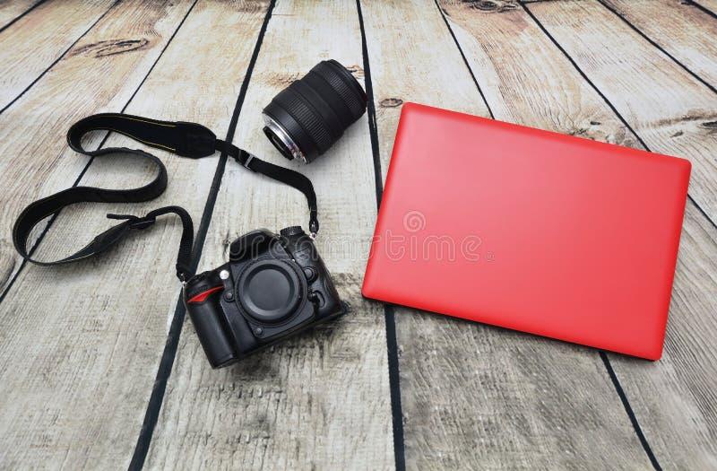 Kamera & bärbar dator royaltyfri foto