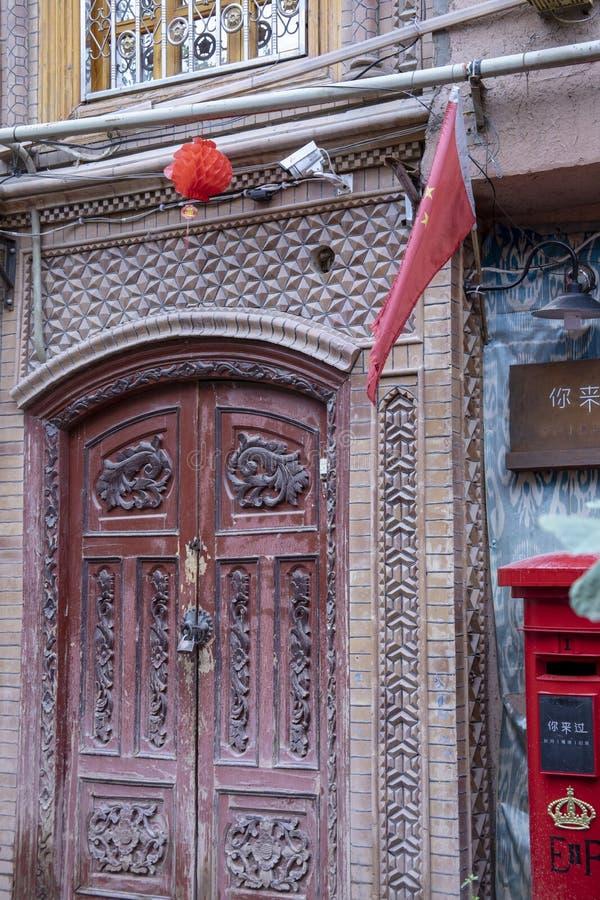 Kamera bezpieczeństwa i chińczyk zaznaczamy nad zamkniętym drzwi, Kashgar, Xinj zdjęcia stock