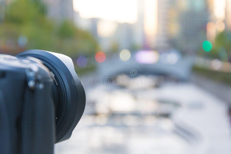 Kamera, die Schuss mit Cheonggyecheon-Stromhintergrund nimmt lizenzfreies stockfoto