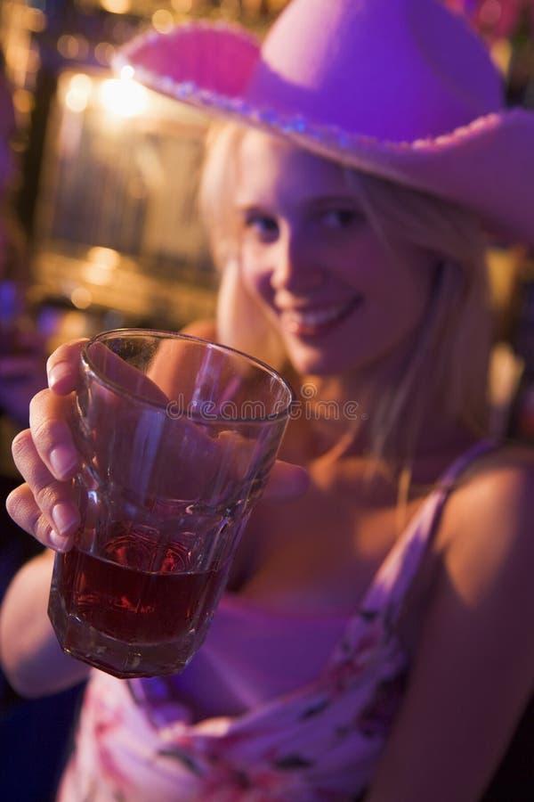 kamera drinka gospodarstwa klub młodych kobiet zdjęcia royalty free