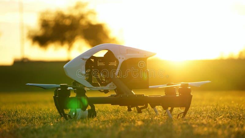 Kamera-Drohne (UAV) bereiten vor, um bei Sonnenuntergang zu fliegen stockbild