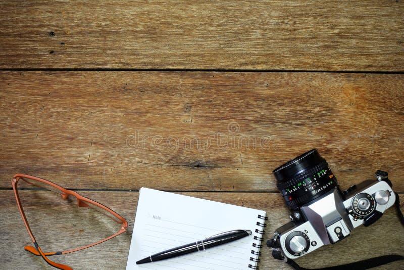 Kamera, exponeringsglas och notepad royaltyfri bild