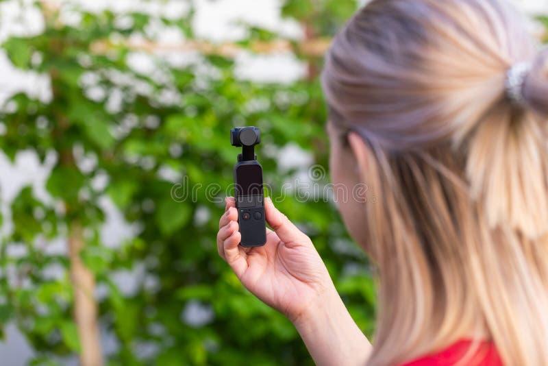 Kamera f?r kvinnainnehavosmo fotografering för bildbyråer