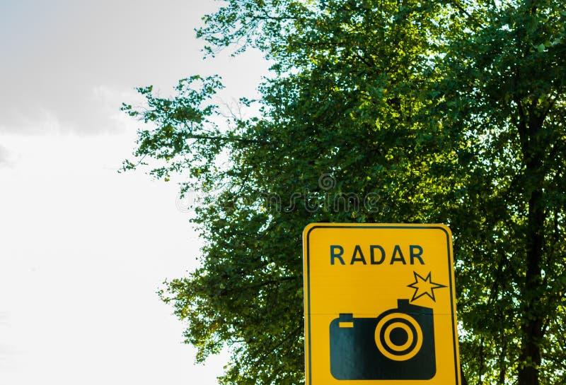 Kamera för vägtrafiksignal, bilhastighetsphotocamera på vägen, radar royaltyfria foton