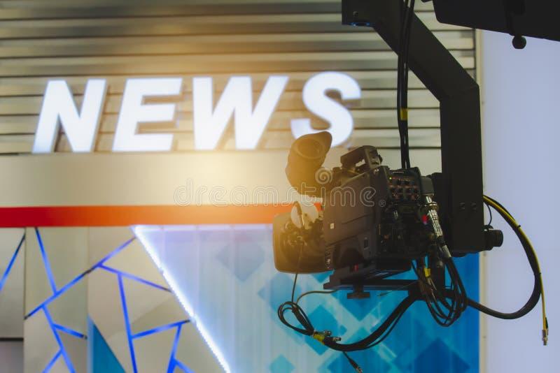 Kamera i TV-sändningnyheternarum arkivbilder
