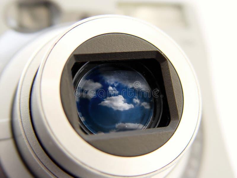 Kamera mit Wolken im Len stockbild