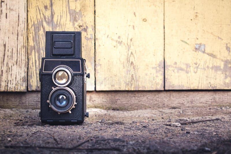 Kamera na drewnianym tle fotografia stock