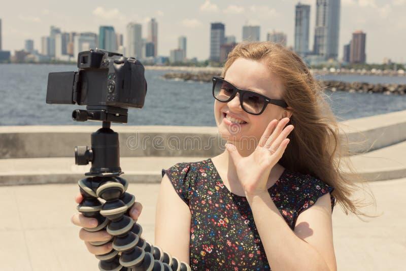 Kamera nagrywa młodego caucasian żeńskiego blogger gestykuluje podczas gdy robić wideo obrazy royalty free