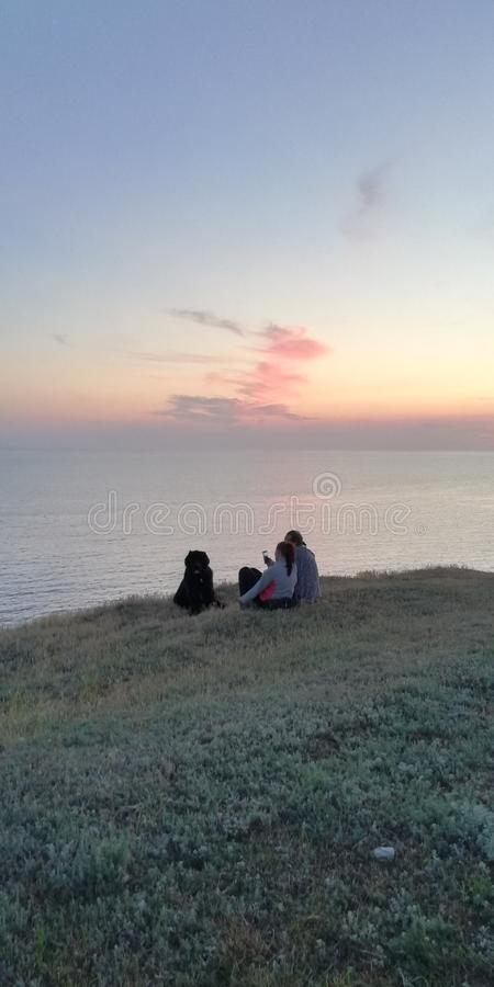 Kamera: Nikon F-301, AIS 28/2 Familie mit einem Hund durch das Meer lizenzfreies stockbild