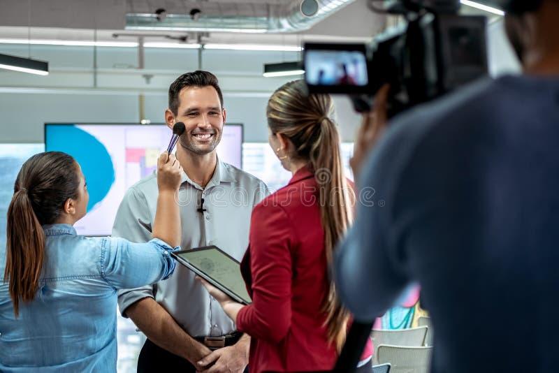 Kamera-notierendes Video von Geschäftsmann-Corporate Interview And-Maskenbildner stockfotografie