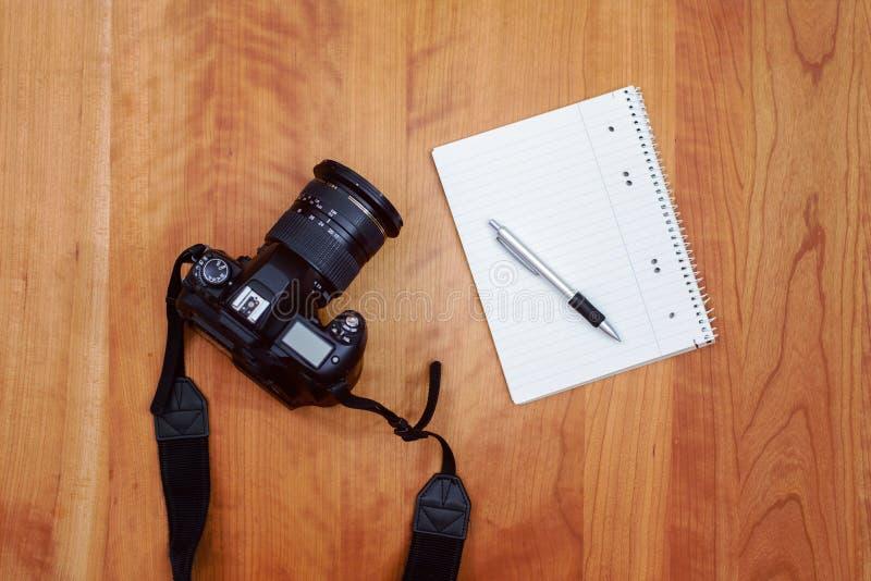 Kamera, Notizblock mit Stift stockfotos