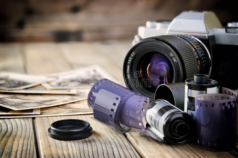 Kamera rocznika i filmu druki starzejący się drewniany tło fotografia royalty free