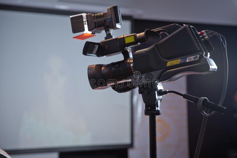 Kamera rozgłosu magnetofonowy wydarzenie tło mikrofonów prasy konferencja odizolowane white Filmować wydarzenie z kamera wideo -  zdjęcie stock