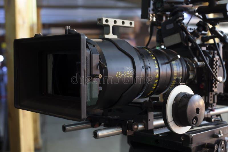 kamera som fäster professionellvideoen för digital bana ihop arkivbild