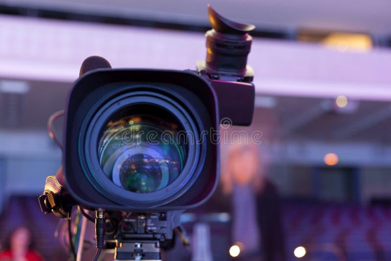 kamera som fäster professionellvideoen för digital bana ihop arkivbilder