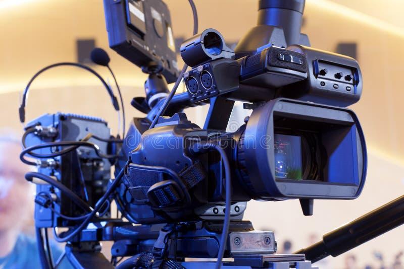 kamera som fäster professionellvideoen för digital bana ihop royaltyfria bilder