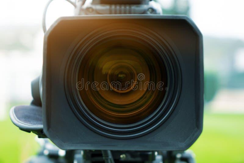 kamera som fäster professionellvideoen för digital bana ihop tvkamera i en utomhus- konsert arkivbild