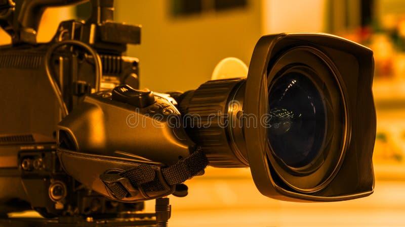 kamera som f?ster professionellvideoen f?r digital bana ihop tillbeh?r f?r videokameror 4k arkivbild