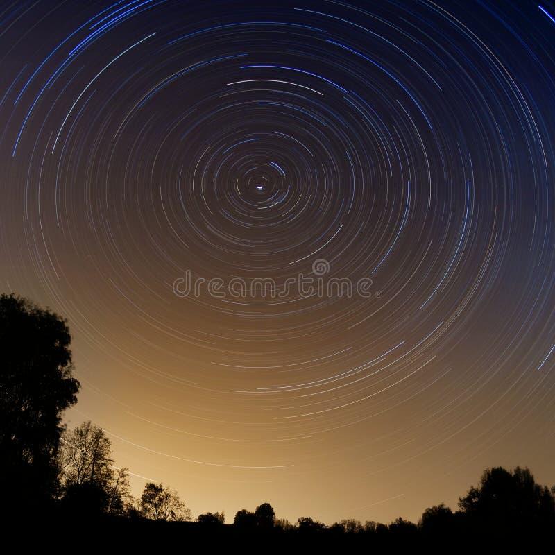 kamera spowodować globu przepływu narażenia rotacji jest gwiazda długo ciągnie obrazy stock