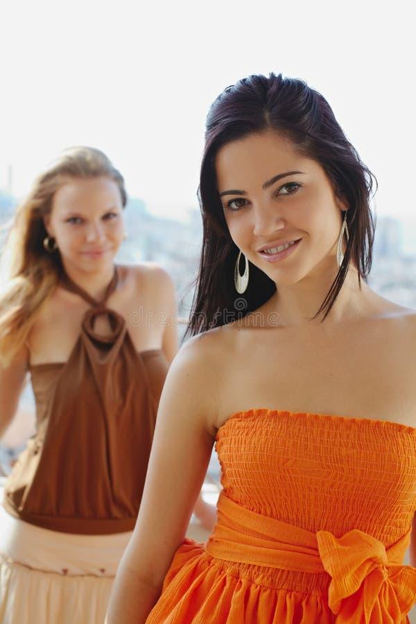 kamera szczęśliwa uśmiechający się dwa kobiety obraz royalty free