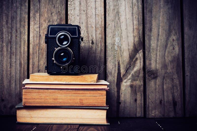 Kamera und ein Stapel Bücher stockfoto