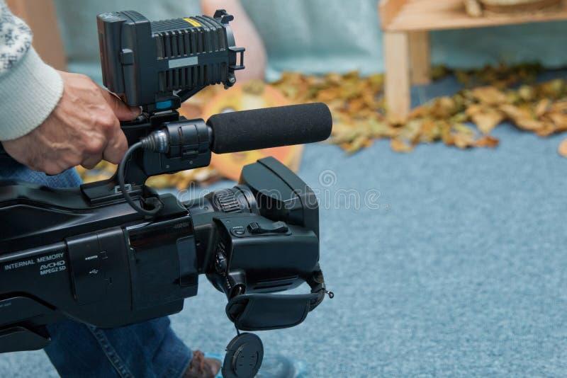 Kamera wideo operator pracuje z jego wyposażeniem fotografia royalty free