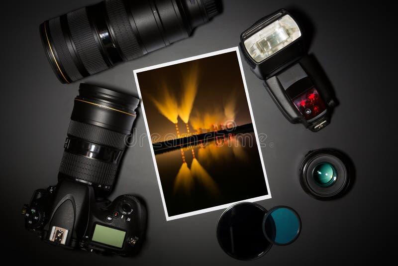 Kamera wizerunek na czarnym tle i obiektyw ilustracja wektor