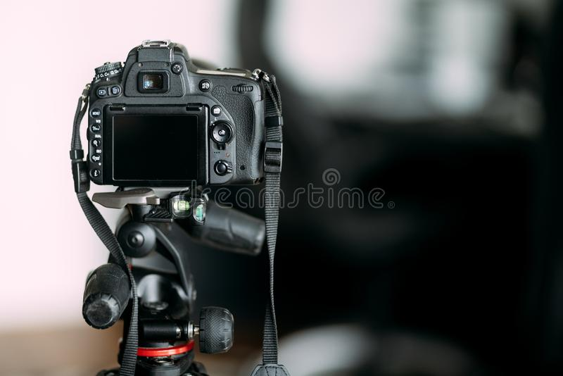 Kameraanseende på tripoden som fotograferar och arbetar med kameraställningen royaltyfria bilder