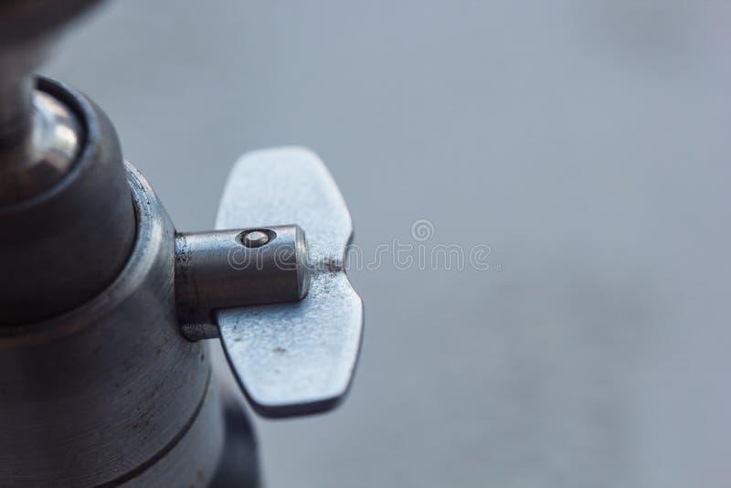 Kameraberg mit Schraubengewindenahaufnahme auf einem unscharfen Hintergrund Instrument f?r Fotoausr?stungsmakro Stativkopf stockfotos