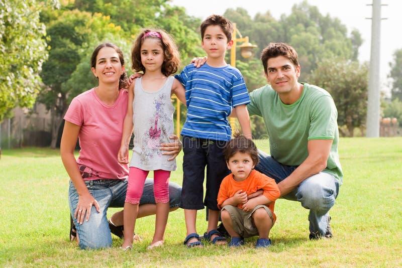 kamerafamilj som poserar till arkivfoton