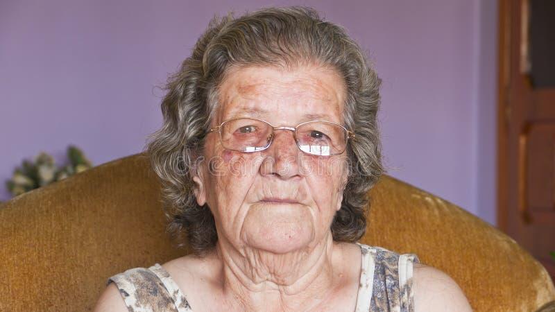 kamerafarmor som ser ståendepensionärkvinnan royaltyfri fotografi