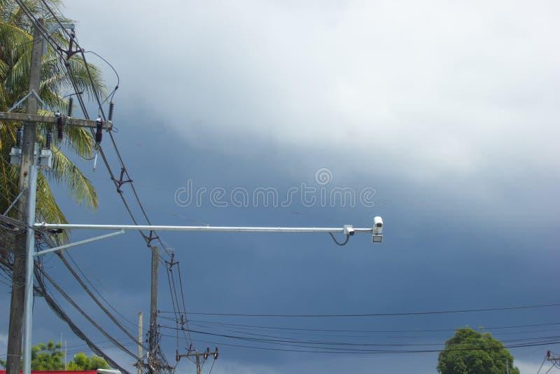 Kamerageschwindigkeitsregelung auf der Straße gegen Hintergrund des bewölkten Himmels stockbild