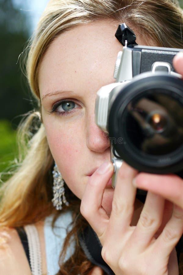 kameraholdingkvinna royaltyfri fotografi