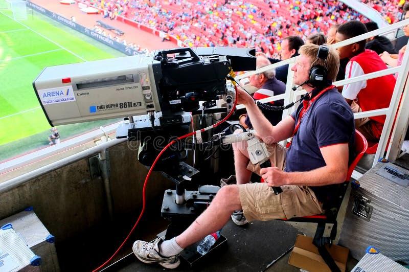 Kameramann bei der Arbeit während eines Livefußballspiels lizenzfreies stockfoto