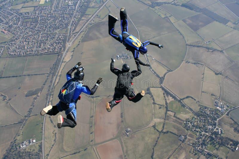 Kameramann, der zu den Skydivers filmt stockbild