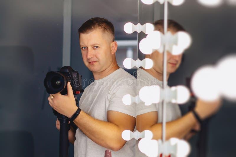 Kameramann mit einer Kamera auf einem Mono-Pod stockfotografie