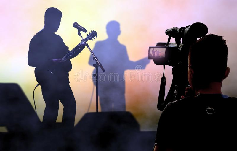Kameramannaufnahme und -sendung leben auf Konzerten unter Verwendung der Videokamera stockfotos