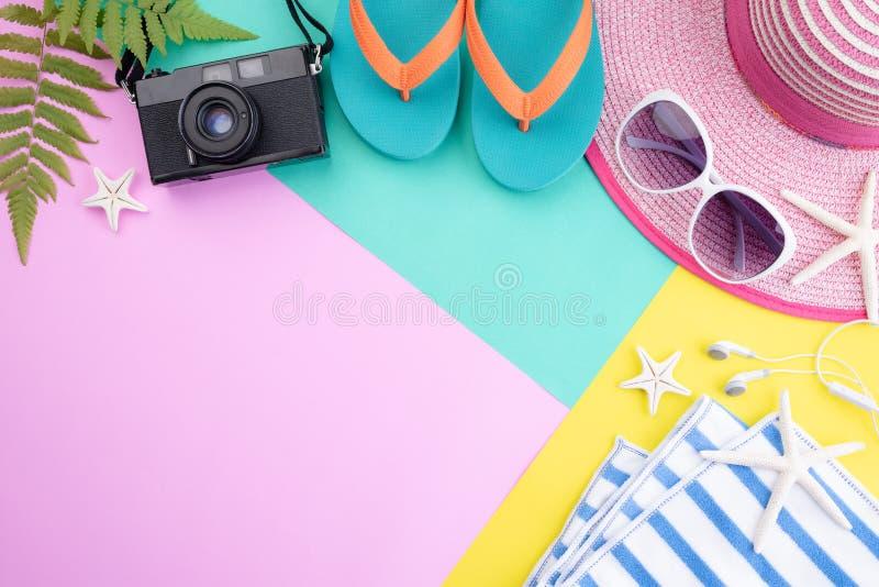 Kameran f?r filmen f?r strandtillbeh?r bl?ddrar den retro, solglas?gon, hatten f?r misslyckandesj?stj?rnastranden och havsskalet  royaltyfria bilder
