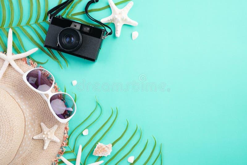 Kameran f?r filmen f?r strandtillbeh?r bl?ddrar den retro, solglas?gon, misslyckande, sj?stj?rnastrandhatten och havsskalet p? lj royaltyfria foton