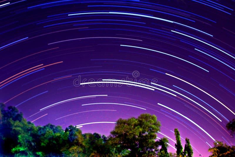 kameran medförda stjärnan för rotation s för rörelse för jordexponering långa bakkantr royaltyfria bilder