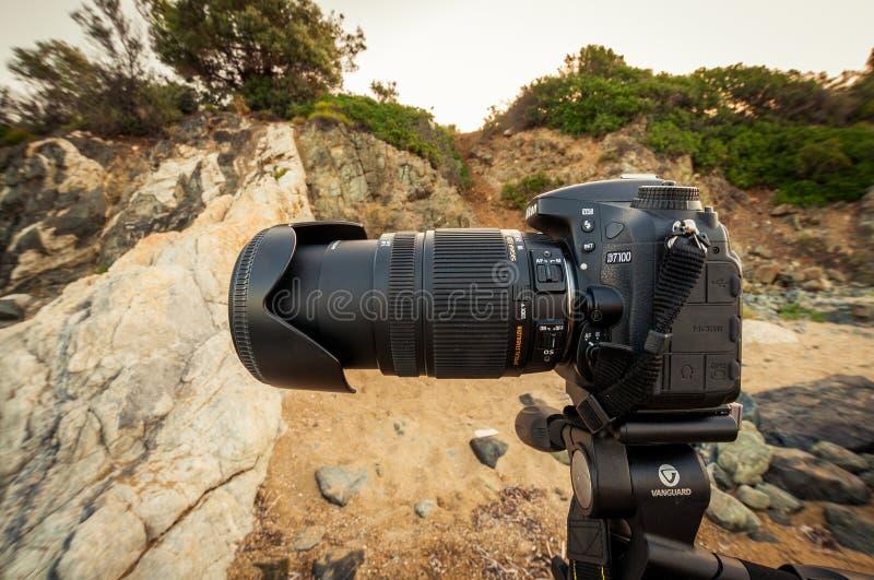 Kameran Nikon D7100 är på en tripodavantgarde PRO-Alta och en stor mm för tele-Lens Sigma 18-250 fotografering för bildbyråer