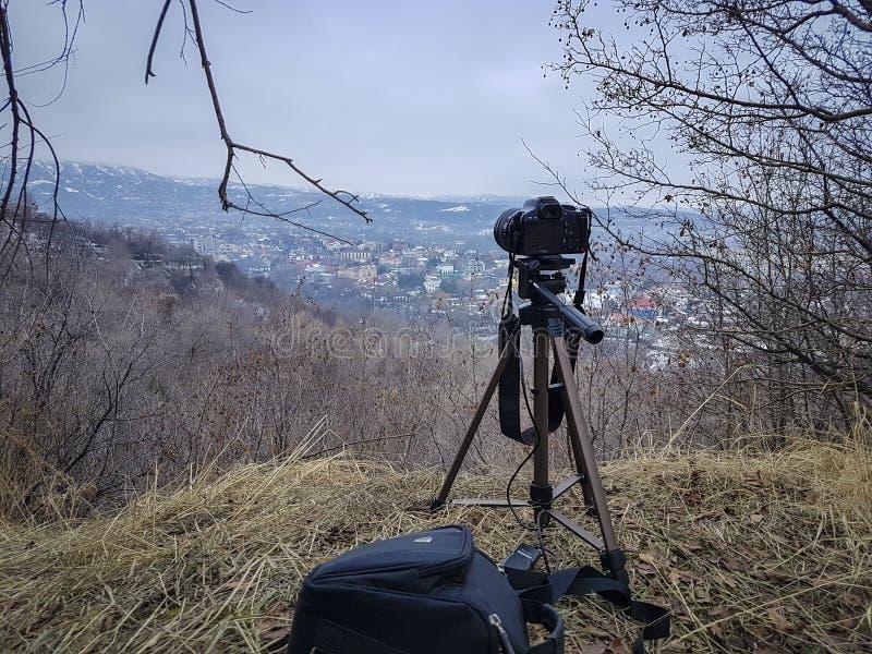 Kameran på en tripod royaltyfria bilder