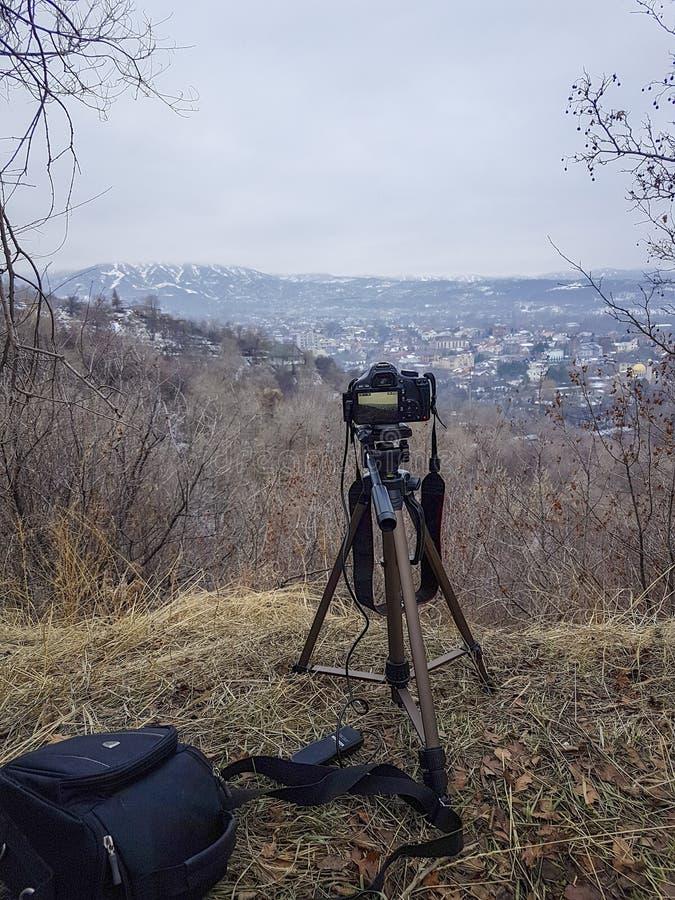 Kameran på en tripod royaltyfri foto
